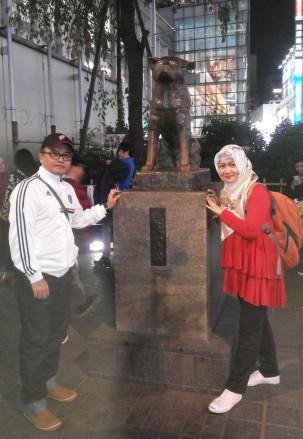 di depan patung haichiko