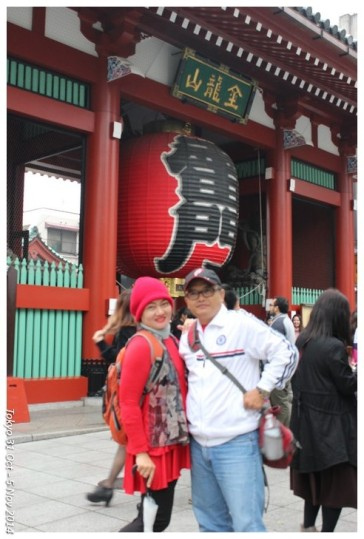 bersama istri di gerbang kuil Asakusa